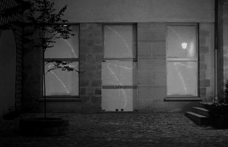 Le soir l'oeuvre peut se voir depuis la cour